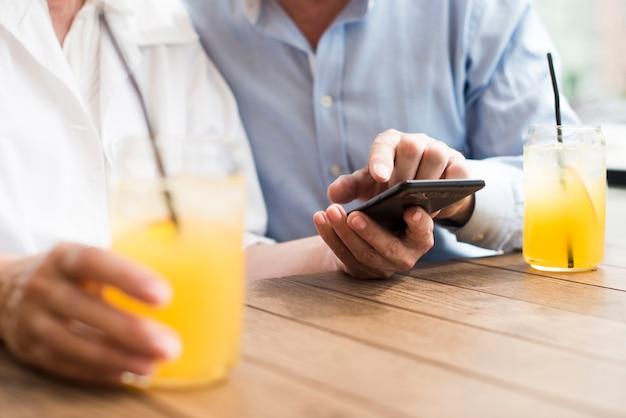スマートフォンとクローズアップ老夫婦