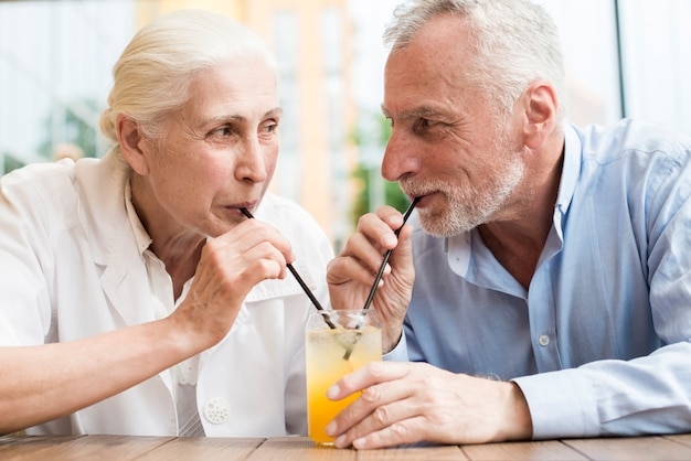 ミディアムショット老夫婦がお互いを見て