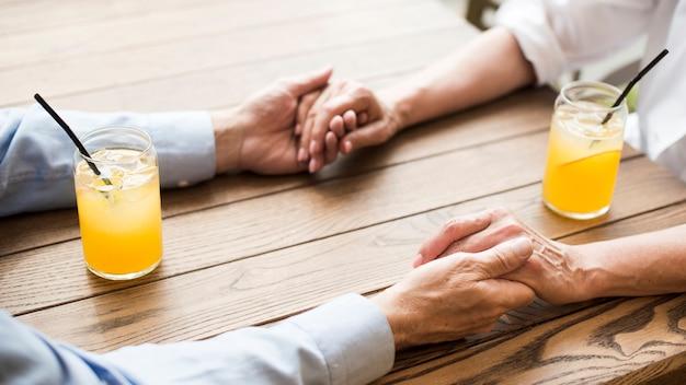 手を繋いでいるクローズアップ老夫婦