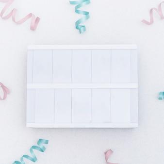 紙吹雪の中で空の空白看板