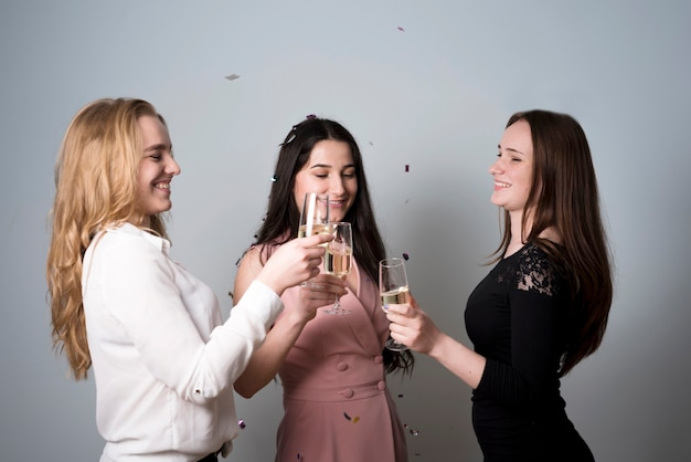 シャンパンの素晴らしくトレンディな女性素晴らしく眼鏡