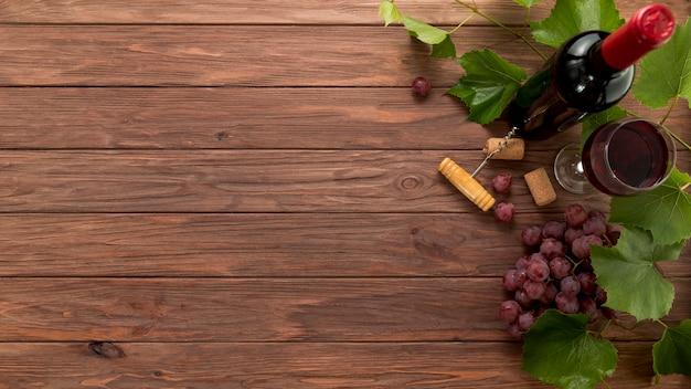 木製の背景上のトップビューワインボトル