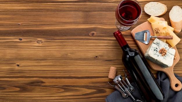 木製の背景の上に食べ物とワイン