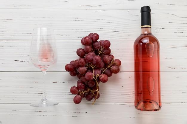 ガラスとブドウの房とワインの上から見るボトル