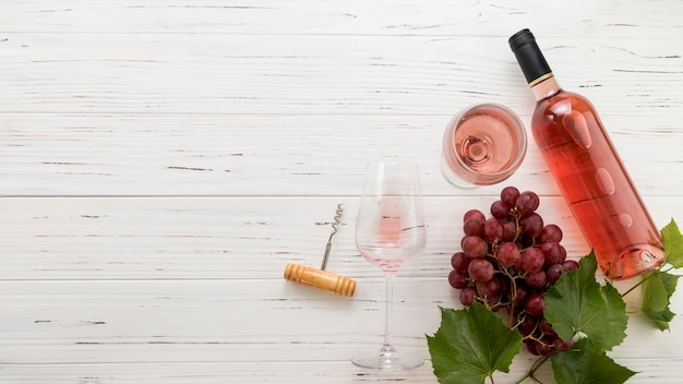 Бутылка вина на деревянном фоне