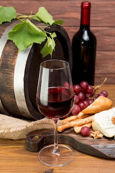 ワインとタパの横にある木製の樽