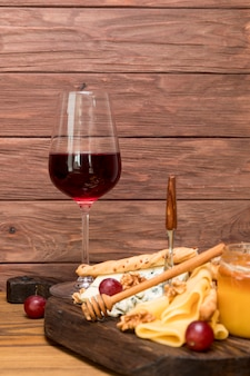 Бокал вина с тапой