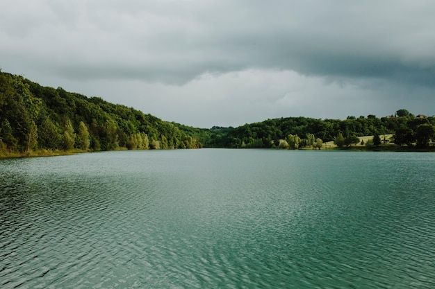 山に囲まれた湖の風景