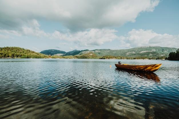 岩の多い風景に囲まれた湖
