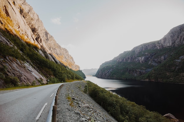 山に囲まれた近代的な道路