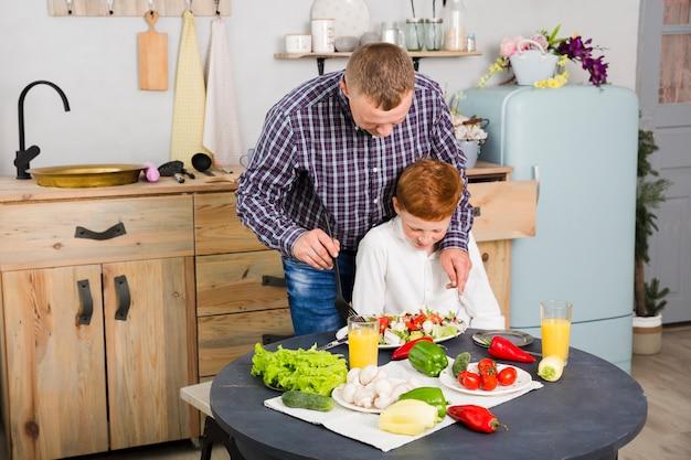 父と息子が一緒に料理をする