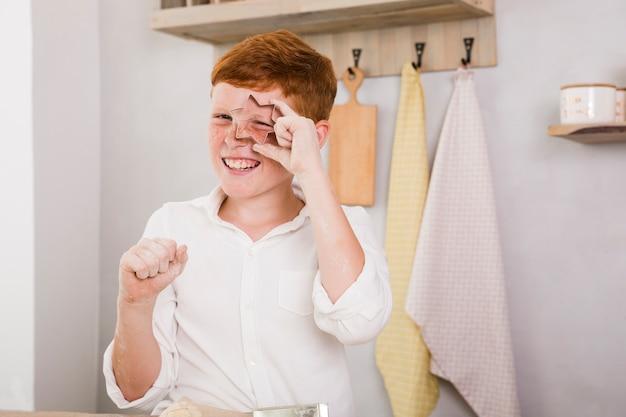 Мальчик готовит рецепт на кухне
