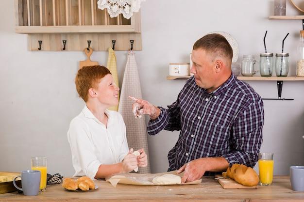 Отец и сын позируют на кухне