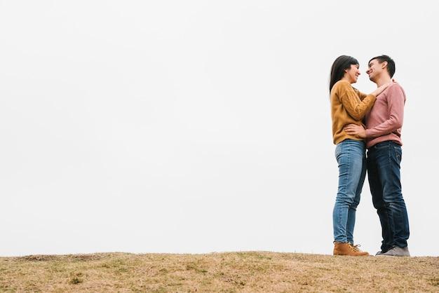 愛のロマンチックな若いカップル