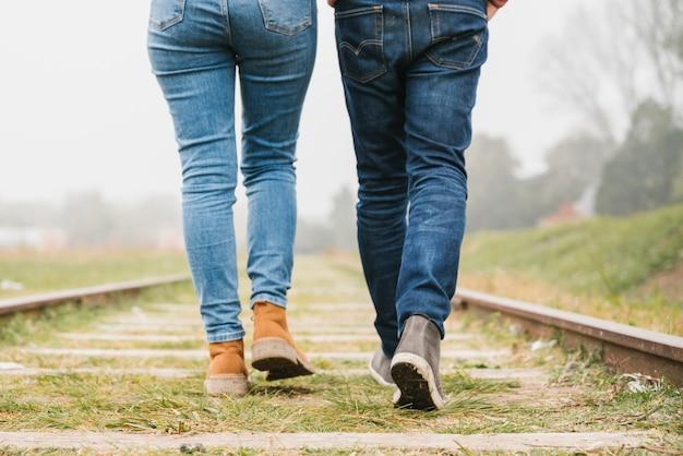一緒にトラックに沿って歩く若いカップル