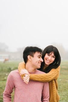 素敵な若いカップル立っている抱きしめる