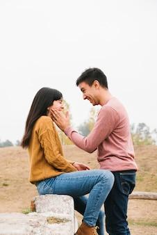 ロマンチックな遊び心のあるカップルが自然の中で楽しんで