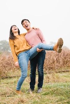 自然の中で笑っている若いカップル