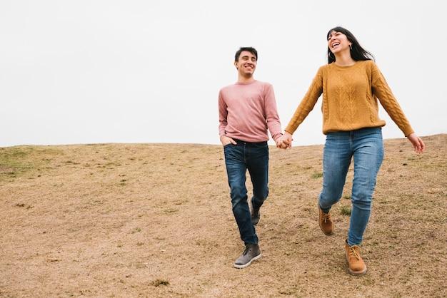 自然を歩いて幸せな愛情のあるカップル