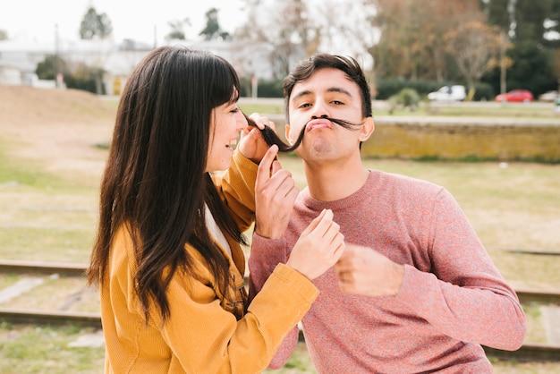 Счастливая пара дурачится на открытом воздухе