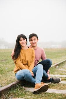 レールの上に座って幸せなカップル