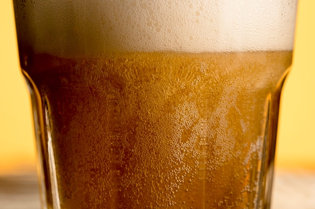 新鮮な炭酸ビールのグラス