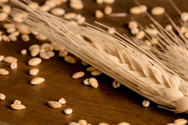 茶色の木製のテーブルの上にスパイク小麦