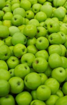 新鮮な青リンゴのヒープ