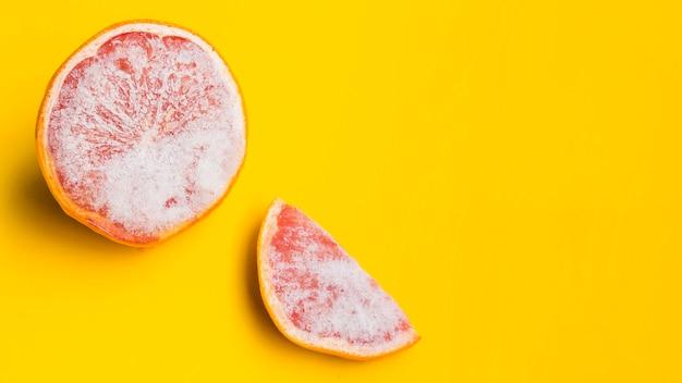 黄色の背景に冷凍グレープフルーツ