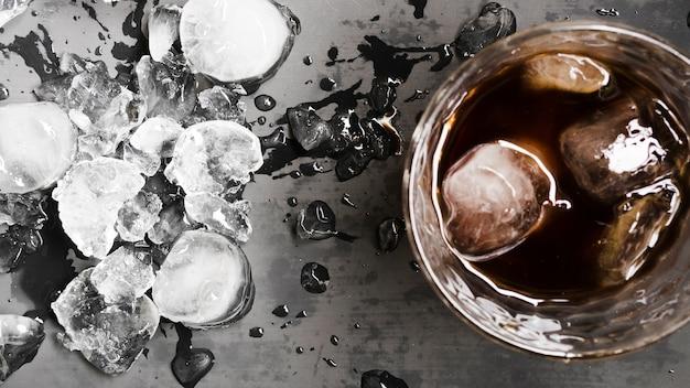 アイスキューブと欠けた氷で飲む