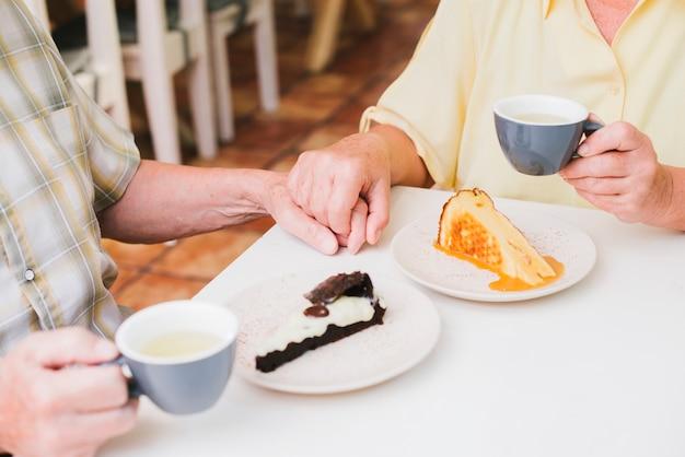 手を繋いでいる高齢者夫婦