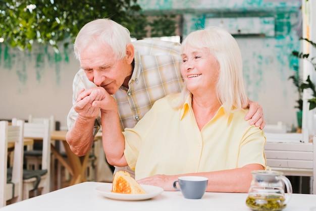 一緒に食事を楽しんでいる年配のカップル