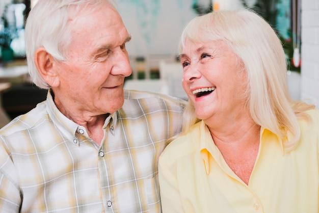 笑って喜んでいる年配のカップル
