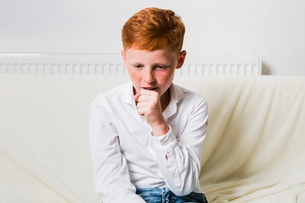 フロントビュー病気の男の子の咳