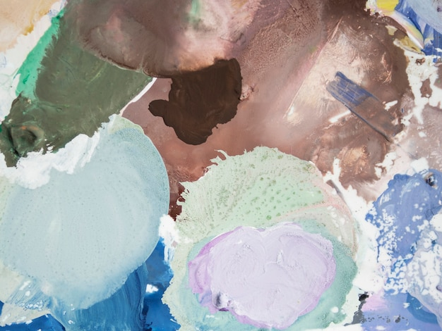 キャンバス上の異なる色のブラシストローク
