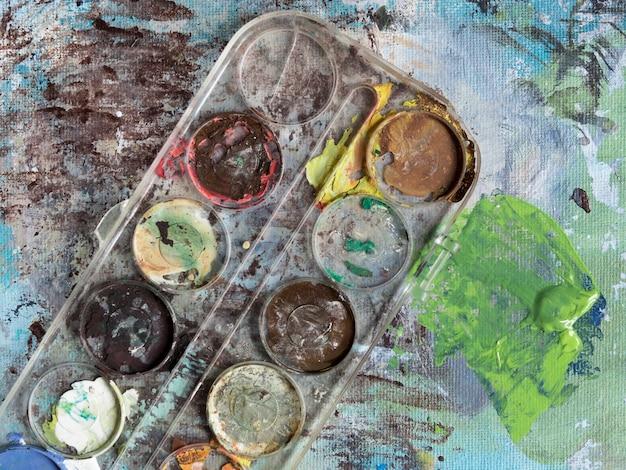 Вид сверху грязной цветовой палитры