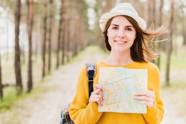 Средний снимок одиночного путешественника с картой