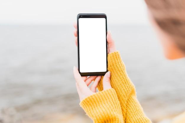 Крупный план соло путешественник держит телефон