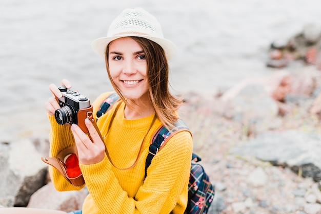 一人旅女性の写真を撮る
