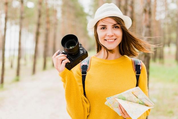カメラを持って旅行の女性の正面図