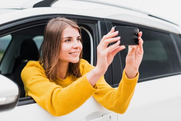 写真を撮る車の中で旅行者
