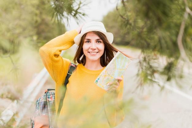 笑顔の旅行女性の正面図