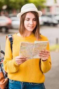 Путешествующая женщина проверяет свою карту