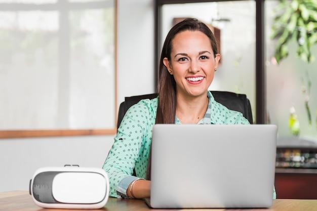 ビジネスの女性がカメラに笑顔