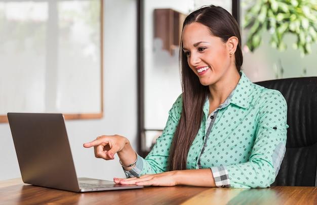 Бизнес женщина, указывая на ноутбук