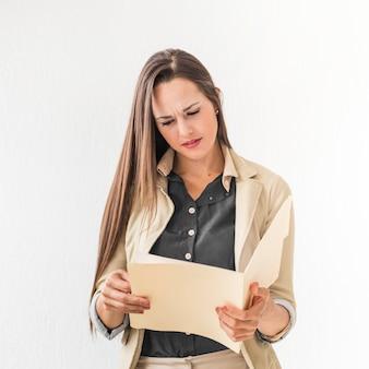 ビジネスの女性が彼女のメモを読む