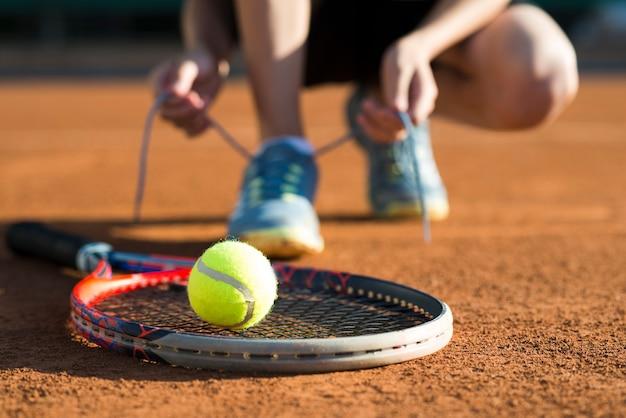 ラケットのクローズアップのテニスボール
