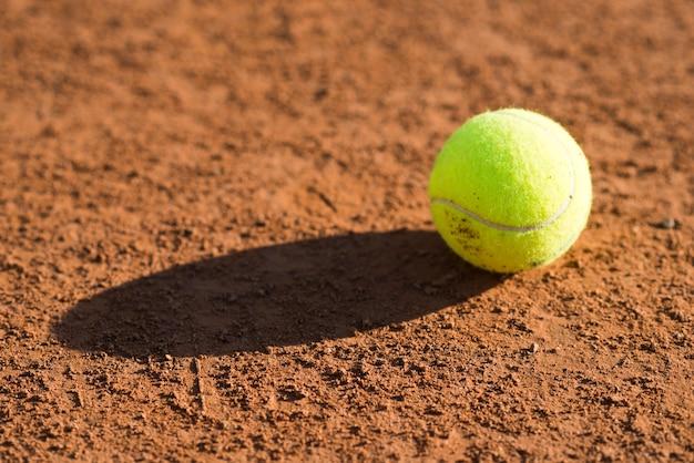 Крупный план теннисный мяч на полу