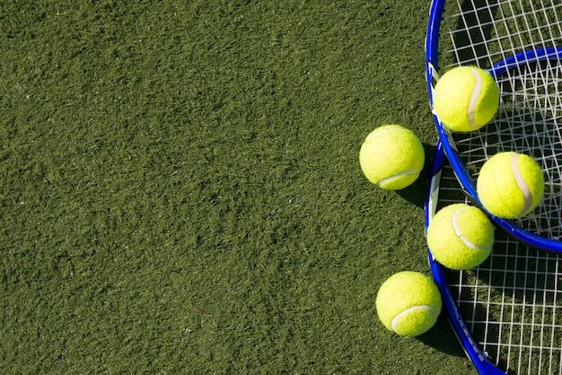 Вид сверху теннисные мячи с ракетками