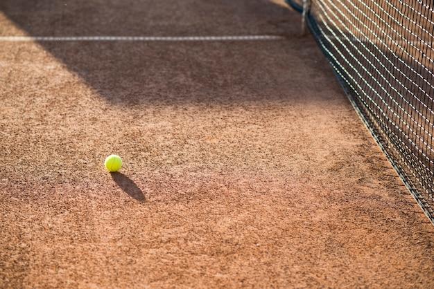 地面にハイアングルテニスボール